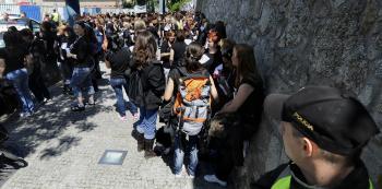 Zdravotné sestry v čiernom zaplnia znova námestie pred parlamentom
