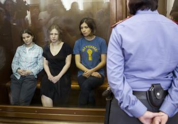 Členky punkovej skupiny Pussy Riot v súdnej sieni v deň, keď padol záverečný verdikt