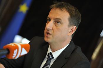 Bývalý minister kultúry Daniel Krajcer naplánoval zrušenie koncesionárskych poplatkov od roku 2013. Nová vláda toto opatrenie ruší