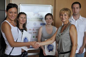 Bohumila Tauchmannová gratuluje výhercom súťaže Kvalita našich regiónov