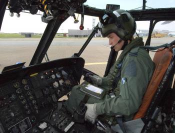 Britský princ William v kokpite helikoptéry