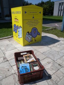 Debnička s knihami, ktoré klienti knižnice vrátili do biblioboxu