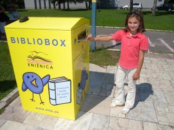 Dievča vhadzuje knihu do biblioboxu aj po zatvorení knižnice