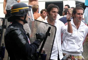 Francúzska polícia zatvára ilegálne osady po celej krajine. Terčom nie sú len Rómovia, ale kvôli odlišnému etnickému pôvodu vzbudzuje najviac pozornosti