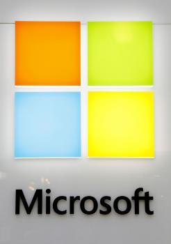 Hoci sa z Microsoftu stal už dávno megasotware, jeho logo si zachováva stále tvar okna - po anglicky windows