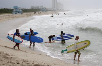 Jediní, kto si príchod hurikánu užíva, sú surfisti