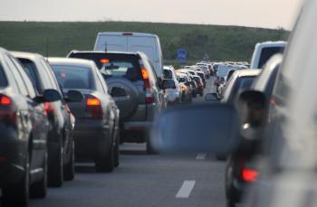 Dovolenky, nástup sviatočných vodičov a havárie spôsobujú zápchy na mnohých diaľniciach