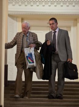 László Csatáry (vľavo) odchádza so svojím právnikom Gáborom Horváthom