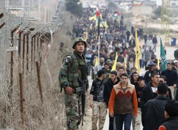 Libanonský armádny vojak hliadkuje vedľa plotu libanonsko-izraelskej hranice počas protestu stúpencov hnutia Hizballáh
