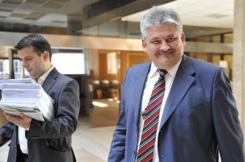 Minister práce Ján Richter sa usmieva, státisícom dohodárov však po jeho zmenách do úsmevu veľmi nie je