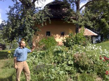 Mirec Kašiak zo združenia Pospolitosť pre harmonický život pred jedným z pôvodných domov v Zaježovej