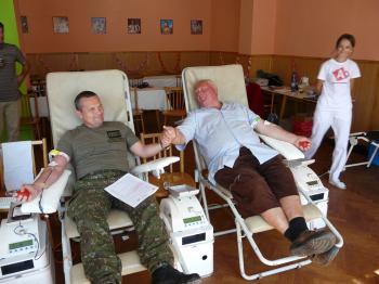 Náčelník generálneho štábu OS SR Imrich Vojtek daruje krv spolu s Jozefom Pupalom, organizátorom darcovskej kvapky