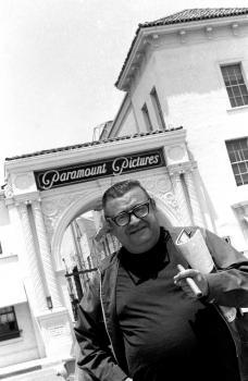 Na archívnej snímke z 19. júna 1970 je Mario Puzo pred štúdiom filmárskej spoločnosti Paramount Pictures Corporation v Los Angeles
