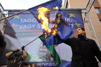 Na pálenie vlajok sme zvyknutí len z arabských krajín. Podpredseda maďarského Jobbiku podpaľuje zástavu EU