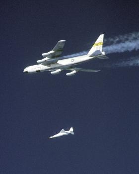 Na snímke lietadlo X-43A po tom, čo sa oddelilo od Boeingu-52