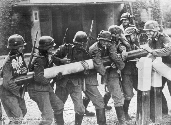 Nemeckí vojaci odstraňujú hraničnú závorus Poľskom počas prvého dňa druhej svetovej vojny
