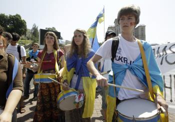 Opoziční mládežníci protestujú proti zavedeniu ruštiny ako alternatívneho úradného jazyka. Parlament však vyhovel želaniu väčšiny regiónov