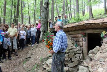Peter Benko sa prihovára účastníkom výstupu