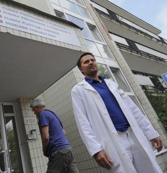 Plastický chirurg Juraj Paliatka z ružinovskej nemocnice referuje o stave dohryzeného pacienta