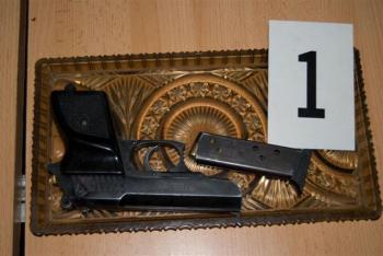 Plynová pištoľ, halapartne a drogy bol nález v problémovej oblasti