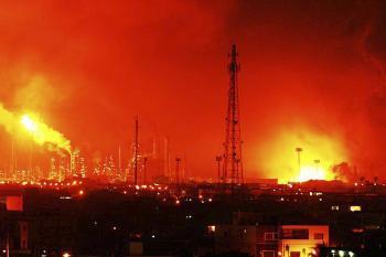 Požiar po obrovskom výbuchu  v najväčšej ropnej rafinérii vo Venezuele v meste Amuay pri Punte Fijo