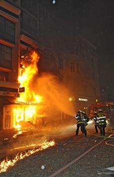 Požiarnici hasia požiar v mníchovskej štvrti Schwabing , kde špecialisti kontrolovane odpálili 250-kilogramovú leteckú bombu