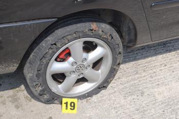 Policajti sa streľbou usilovali prederaviť pneumatiku unikajúceho vozidla
