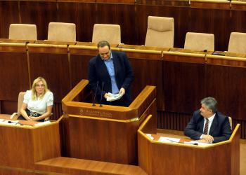 Poslanec Pavol Frešo (v strede) upozorňuje ministra práce, sociálnych vecí a rodiny Jána Richtera (vpravo), že sociálna poisťovňa nebude môcť dvíhať dôchodky donekonečna