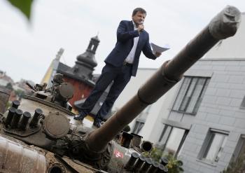 Poslanec za stranu OĽaNO Alojz Hlina stojí na pristavenom tanku pred vilou pod hradom, v ktorej býva predstaviteľ bývalého režimu Vasiľ Biľak