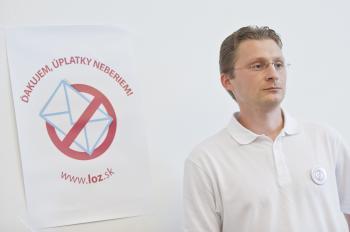 Predseda LOZ Peter Visolajský s logom ďakujem, úplatky neberiem