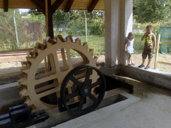 Prvé kilowatty elektrickej energie by mala v Očovej už v septembri vyrábať ojedinelá vodná elektráreň s malou turbínou so spodným náhonom