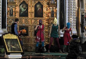 Pussy Riot prerušili omšu v pravoslávnej katedrále a zahalené maskami predstavili svoj najnovší šláger, ktorý ich bude stáť dva roky väzenia