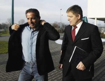 Róbert Fico v sprievode niekdajšieho generálneho riaditeľa TV Markíza Václava Miku po diskusnej relácii Na telo