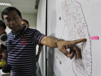 Renato Solidum, hlava Filipínskej seizmologickej agentúry, ukazuje na miesto, ktoré mala zasiahnuť ničivá cunami