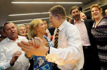 Robert Fico a stranícka kolegyňa Renáta Zmajkovičová tancujú v centrále SMERu počas volebnej noci  11. marca