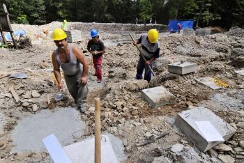 Robotníci spevňujú statické opory pri rekonštrukcii Hradovej nad Košicami