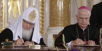 Ruský patriarcha Kirill a Jozef Michalik za poľskú katolícku cirkev podpisujú historický akt zmierenia