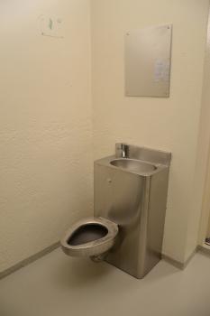Sanitárne zariadenie vo väzenskej cele