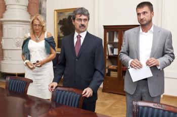 Starostka Devína Ľubica Kolková, primátor Bratislavy Milan Ftáčnik a Peter Korbačka zo spoločnosti zo spoločnosti J&T