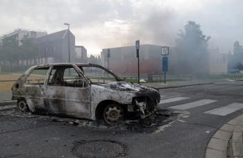 Torzo zhoreného auta po výtržnostiach v Amiens