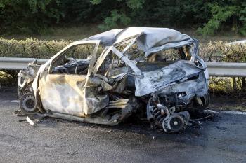 Vrak vozidla, ktoré zhorelo po kolízii so slovenským BMW. Traja ľudia zhoreli namieste