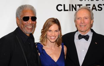 Zľava herec Morgan Freeman, herečka Hilary Swanková a oscarový režisér Clint Eastwood