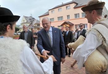 Ivan Gašparovič sa počas prehliadky mesta pozdravil s ľudovou hudbou bratov Kubalovcov