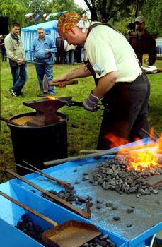 Úžitkové a umelecké výrobky kováčov si mohli záujemcovia zakúpiť v stánkoch priamo na mieste