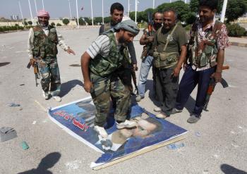 Členovia Sýrskej oslobodzovacej armády šliapu po podobizni prezidenta Bašíra Asada