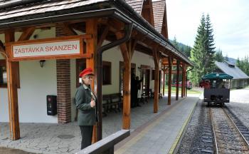 Železnička poslúži turistickému ruchu. Jednou zo zastávok je i skanzen