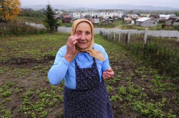 80-ročná Alžbeta dostala zásah kameňom do oka od rómskych výrastkov,  pred ktorými bránila úrodu. V minulosti so starými Rómami nažívala v pokoji, no mládež je drzá