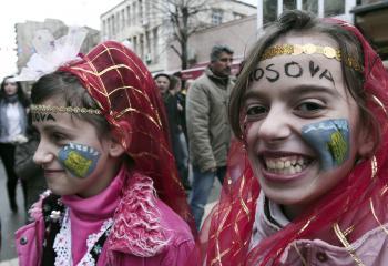 Albánske dievčatá v Mitrovici počas osláv jednostranného oddelenia Kosova od Srbska