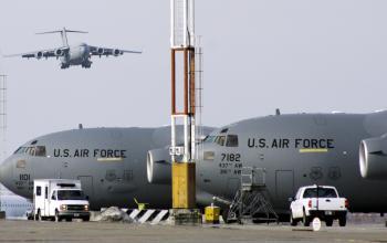 Americké vojenské lietadlá na vojenskej leteckej základni Manas , ktorá sa nachádza neďaleko hlavného mesta Kirgizska Biškek