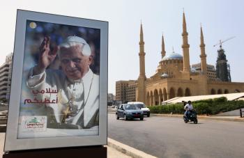 Benedikt XVI na uliciach Bejrútu. Prináša Kristovo po arabsky písané posolstvo - Svoj pokoj vám dávam